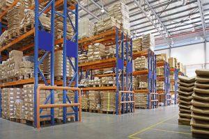 工場内の多層ラックを備えた倉庫